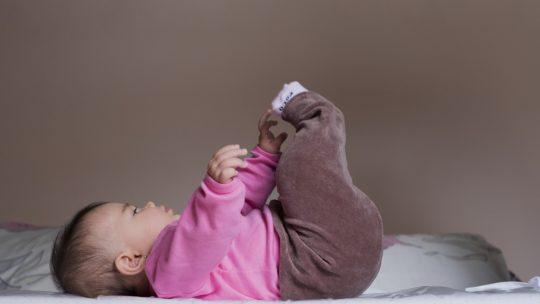 Quels sont les vêtements indispensables qu'un bébé fille doit avoir dans sa garde robe pour l'hiver ?