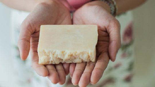 Quelle est la différence entre le shampoing solide maison et le shampoing conventionnel ?